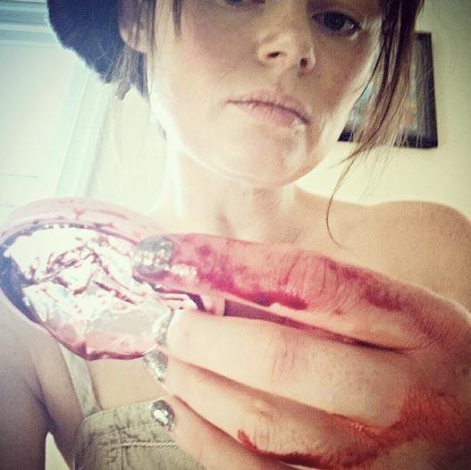 cup souillée de sang sur Instagram